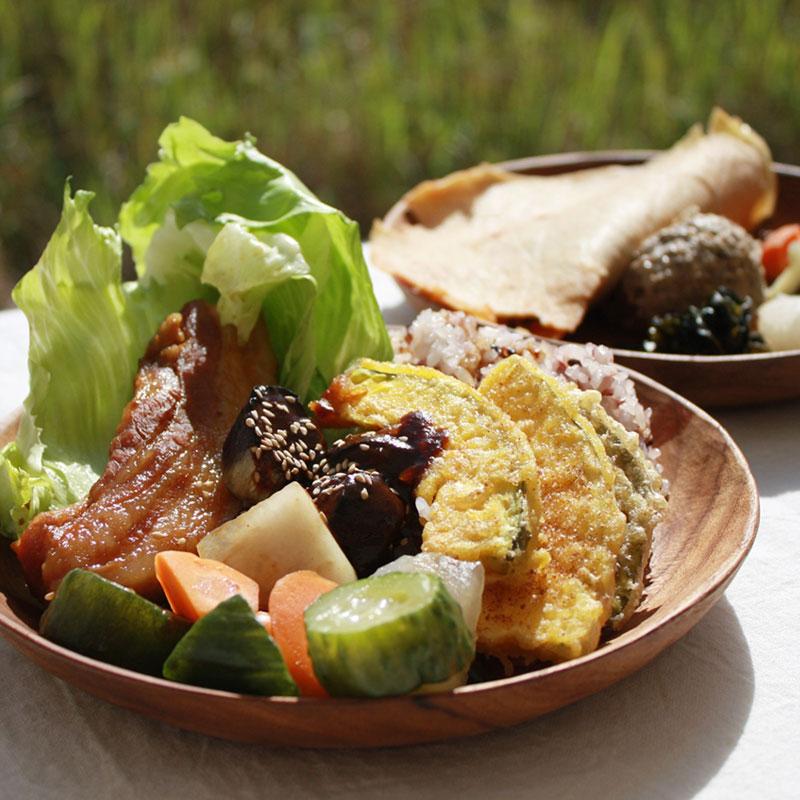 手彫りの木のお皿とカトラリーのセット (マイディッシュセット)